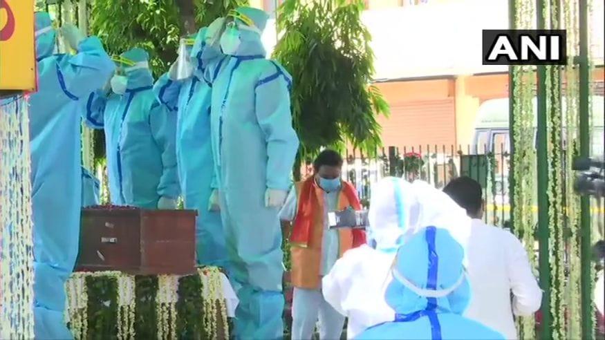 ഡൽഹിയിലെ ലോധി ശ്മശാനത്തിൽ പ്രണബ് മുഖർജിയുടെ അന്ത്യകർമങ്ങൾ നടത്തുന്നു (Image: ANI)