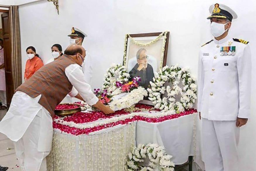 പ്രതിരോധമന്ത്രി രാജ് നാഥ് സിംഗ് ആദരാഞ്ജലി അർപ്പിക്കുന്നു. (Image: PTI)