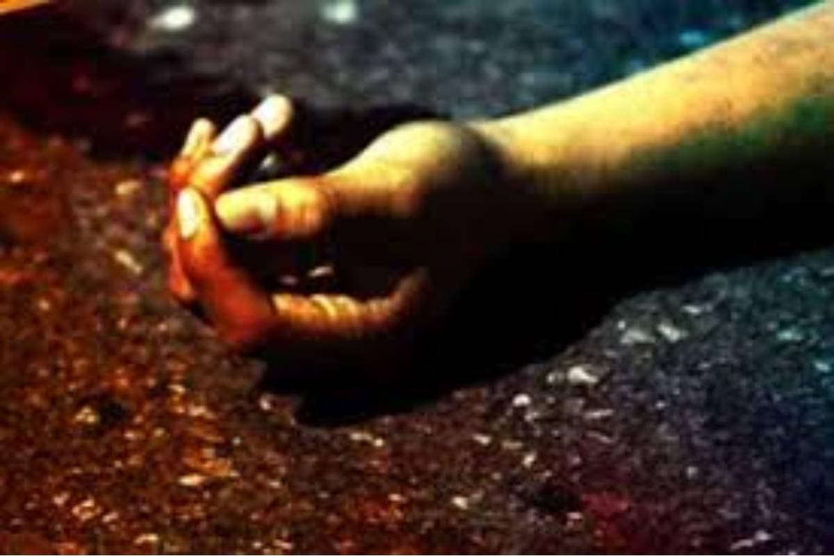 അതേസമയം, എം സാന്റുമായി പോകുകയായിരുന്ന തങ്ങളുടെ വാഹനത്തിൽ അമിത ഭാരമുണ്ടായിരുന്നെന്ന് സഹായി പിന്നീട് പൊലീസിനോട് പറഞ്ഞു. അമിതഭാരം ഉള്ളതിനാൽ വലിയ തുക പിഴയൊടുക്കേണ്ടി വരുമെന്ന് കരുതിയെന്നും അതിനാലാണ് ഓടി രക്ഷപ്പെടാൻ ശ്രമിച്ചതെന്നും സഹായി വ്യക്തമാക്കി. സംഭവവുമായി ബന്ധപ്പെട്ട് മാരാരിക്കുളം പൊലീസ് കേസെടുത്ത് അന്വേഷണം ആരംഭിച്ചു.