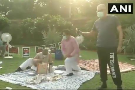 Farm Bill Protest   ഈ സ്നേഹം വേറെ ലെവൽ; സമരം ചെയ്യുന്ന എംപിമാരെ ചായയുമായി കാണാനെത്തിയ രാജ്യസഭാ ഉപാധ്യക്ഷൻ ഹരിവംശ് നാരായൺ സിംഗ്