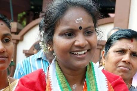Ramya Haridas  രമ്യാ ഹരിദാസ് എം പിയെ SFI പ്രവര്ത്തകര് തടഞ്ഞു; കാറില് കരിങ്കൊടി കെട്ടി