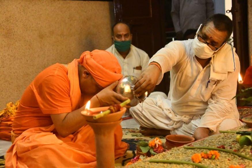 ഗോരഖ്പുരിലെ ഗോരഖ്നാഥ് ക്ഷേത്രത്തിലെത്തിയാണ് ആദിത്യനാഥ് പൂജയും ആരതിയും നടത്തിയത് (Image: Special Arrangement)