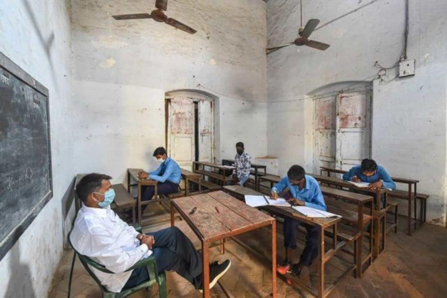 ലക്നൗവിൽ സാമൂഹിക അകലം പാലിച്ച് ക്ലാസുകൾ ആരംഭിച്ചപ്പോൾ. കർശന കോവിഡ് മാനദണ്ഡങ്ങൾ പാലിച്ചാണ് സ്കൂൾ തുറന്നിരിക്കുന്നത്. (Image: PTI)