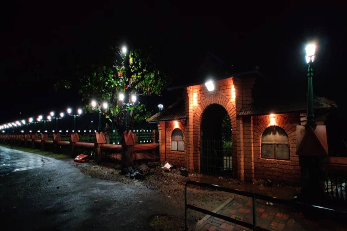 ഊരാളുങ്കല് ലേബര് കോണ്ട്രാക്ട് സൊസൈറ്റിയാണ് കരാര് ഏറ്റെടുത്തത്. മാനാഞ്ചിറ സ്ക്വയറില് നടന്ന പരിപാടിയില് എം.കെ മുനീര് എം.എല്.എ, മേയര് തോട്ടത്തില് രവീന്ദ്രന്, ജില്ലാ കലക്ടര് സാംബശിവറാവു, ഡിറ്റിപിസി സെക്രട്ടറി സി.പി.ബീന തുടങ്ങിയവര് പങ്കെടുത്തു. വിനോദ സഞ്ചാര വകുപ്പിന്റെ 'ഗ്രീന് കാര്പെറ്റ്' പദ്ധതിയില് ഉള്പ്പെടുത്തി 2018ല് അനുവദിച്ച 99.36 ലക്ഷം ഉപയോഗിച്ചാണ് വടകര സാന്റ് ബാങ്ക്സ് വിനോദ സഞ്ചാര കേന്ദ്രം നവീകരിച്ചത്.