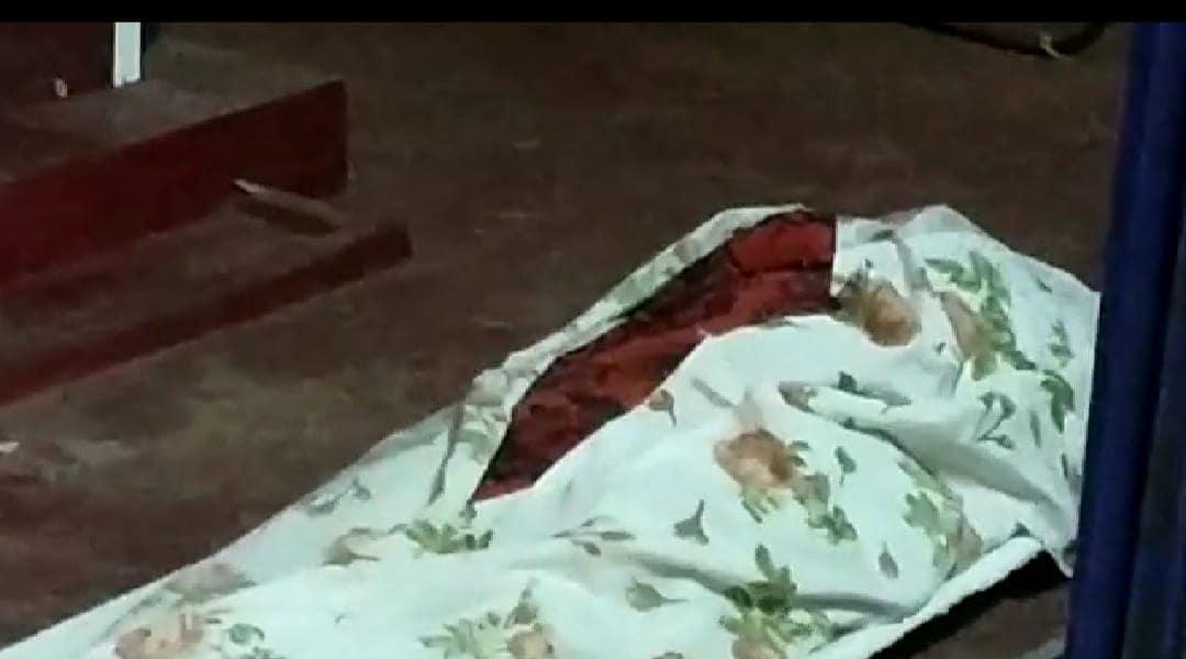 മൃതദേഹം മോശമായെന്ന് കണ്ടതിനെ തുടർന്ന് മോർച്ചറി ജീവനക്കാരൻ മാറിക്കളഞ്ഞതായി ബന്ധുക്കൾ ആരോപിക്കുന്നു. പൊലിസ് എത്തുന്നത് വരെ മൂന്നു മണിക്കൂറോളം മൃതദേഹം നിലത്തു തന്നെയിട്ടു.