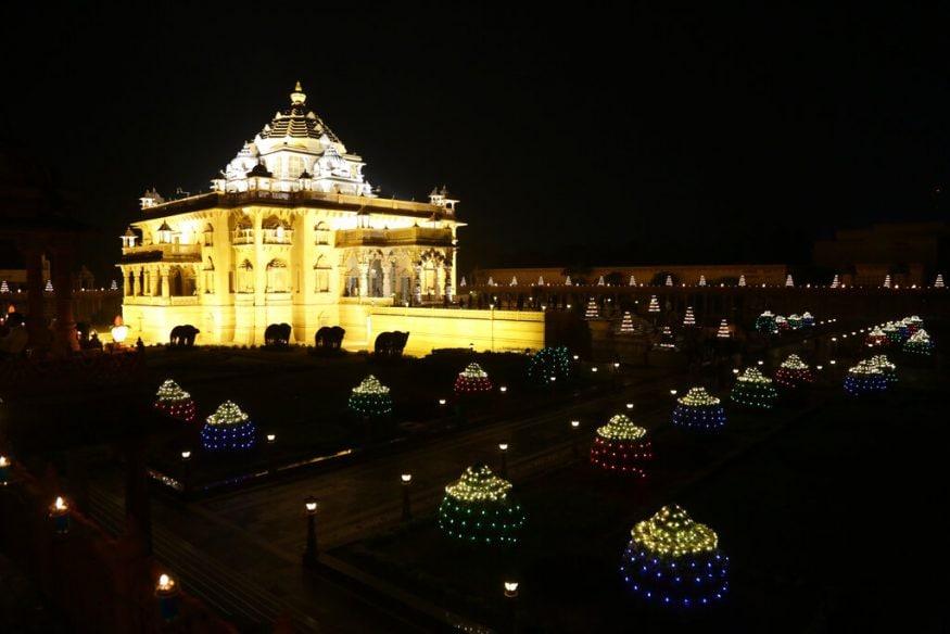 ഗുജറാത്ത് ഗാന്ധിനഗറിലെ അക്ഷർധാം ക്ഷേത്രം ദീപപ്രഭയിൽ (Image: AP)