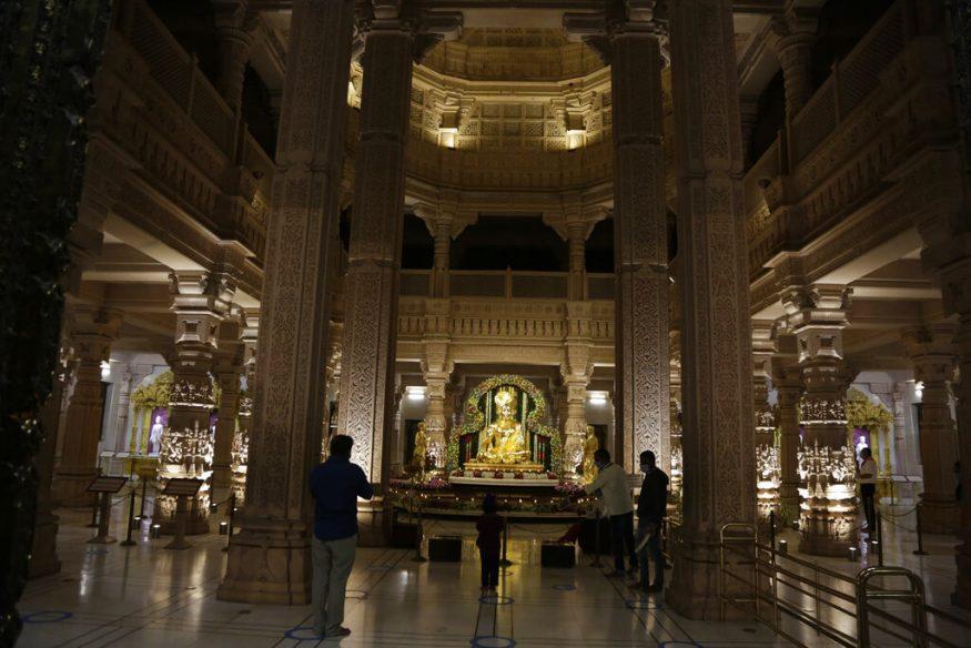 ദീപാവലിയോടനുബന്ധിച്ച് അക്ഷർധാം ക്ഷേത്രത്തിൽ പ്രാർത്ഥനയ്ക്കായി എത്തിയവർ (Image: AP)