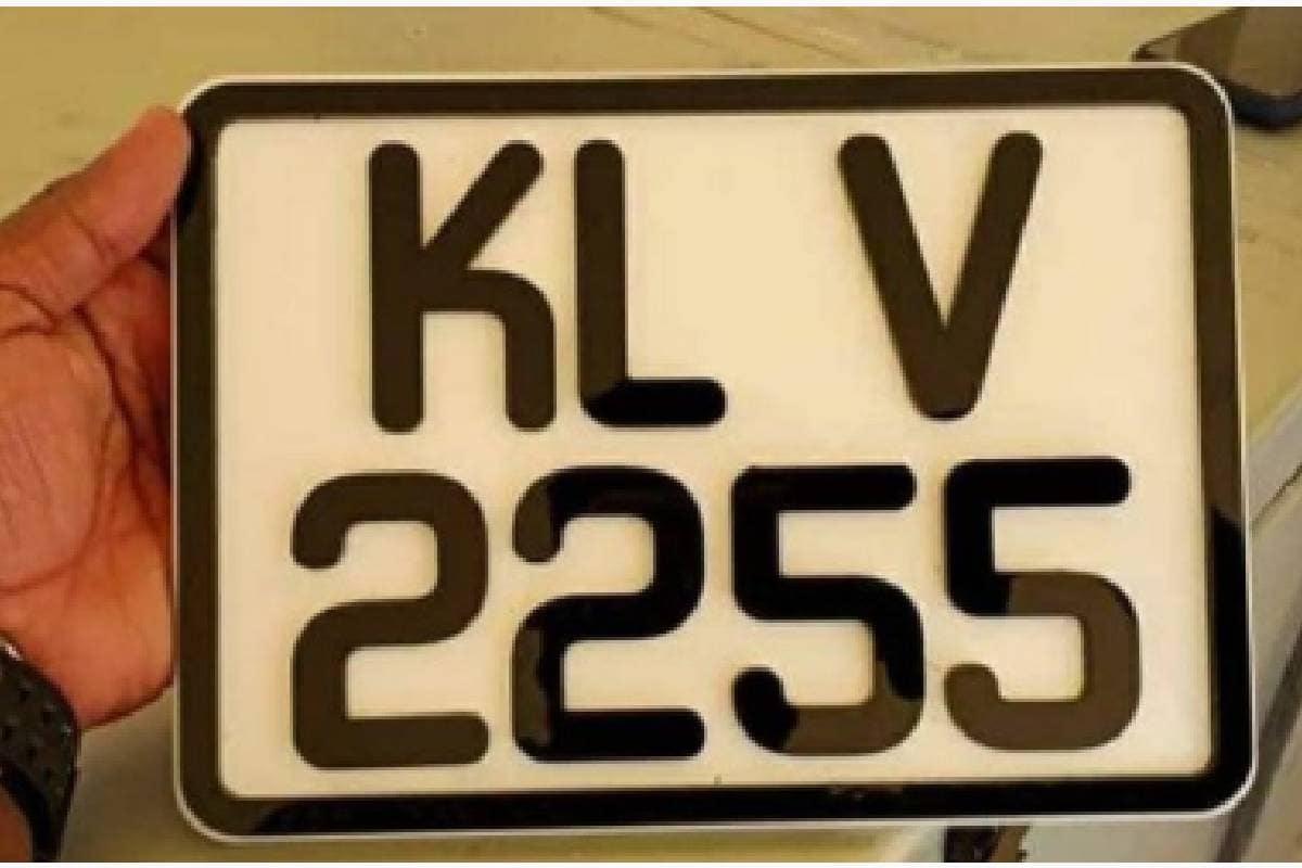നെയ്യാറ്റിന്കരയിൽ നിന്നും പാലക്കാട്ടെ ഗ്രാമത്തിലേക്കെത്തുന്ന നായകൻ ഗോപന്റെ കറുത്ത ബെൻസ് കാറിന്റെ നമ്പറാണിത്. നമ്പർ പ്ലേറ്റ് മോഹൻലാലിൻറെ ഫാൻ പേജുകളിൽ എത്തിക്കഴിഞ്ഞു.കെ.എൽ.വി. 2255 എന്നാണ് വണ്ടി നമ്പർ.