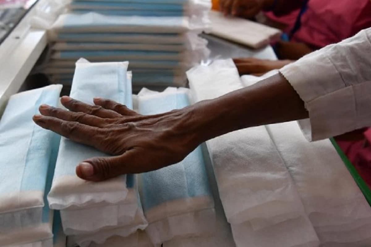 പുതിയ നിയമത്തെ സ്കോട്ട്ലൻഡിലെ വനിതാ സംഘടനകളും രാഷ്ട്രീയക്കാരും പ്രശംസിച്ചു. കടുത്ത 'ആർത്തവ ദാരിദ്ര്യം' നേരിടുന്ന രാജ്യമാണ് യുകെ എന്നാണ് കണക്കുകൾ വ്യക്തമാക്കുന്നത്. ചിൽഡ്രൺസ് ചാരിറ്റി പ്ലാൻ ഇന്റർനാഷണൽ 2017ൽ നടത്തിയ ഒരു സർവേയിൽ യുകെയിലെ 10 പെൺകുട്ടികളിൽ ഒരാൾക്ക് അടിസ്ഥാന ആർത്തവ ഉൽപ്പന്നങ്ങൾ വാങ്ങാൻ കഴിയില്ലെന്ന് കണ്ടെത്തി.