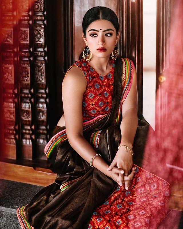 1996 ഏപ്രിൽ അഞ്ചിനാണ് രശ്മിക മന്ദാനയുടെ ജനനം. തെലുങ്കു കന്നഡ സിനിമാ ലോകത്തെ ഏറ്റവും കൂടുതൽ പ്രതിഫലം വാങ്ങിക്കുന്ന നടിമാരിൽ ഒരാളാണ് രശ്മിക. 2016 ൽ പുറത്തിറങ്ങിയ കന്നഡ ചിത്രം കിറുക് പാർട്ടിയിലൂടെയാണ് രശ്മികയുടെ സിനിമാ അരങ്ങേറ്റം.
