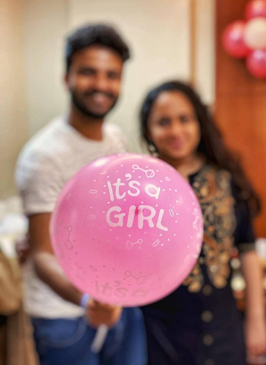 ആദ്യത്തെ കണ്മണി മകളാണ്എന്ന് പറഞ്ഞ് it's a girl എന്നെഴുതിയ ബലൂൺ പിടിച്ചുള്ള ദമ്പതികളുടെ ചിത്രമാണ് നീരജ് പോസ്റ്റ് ചെയ്തത്