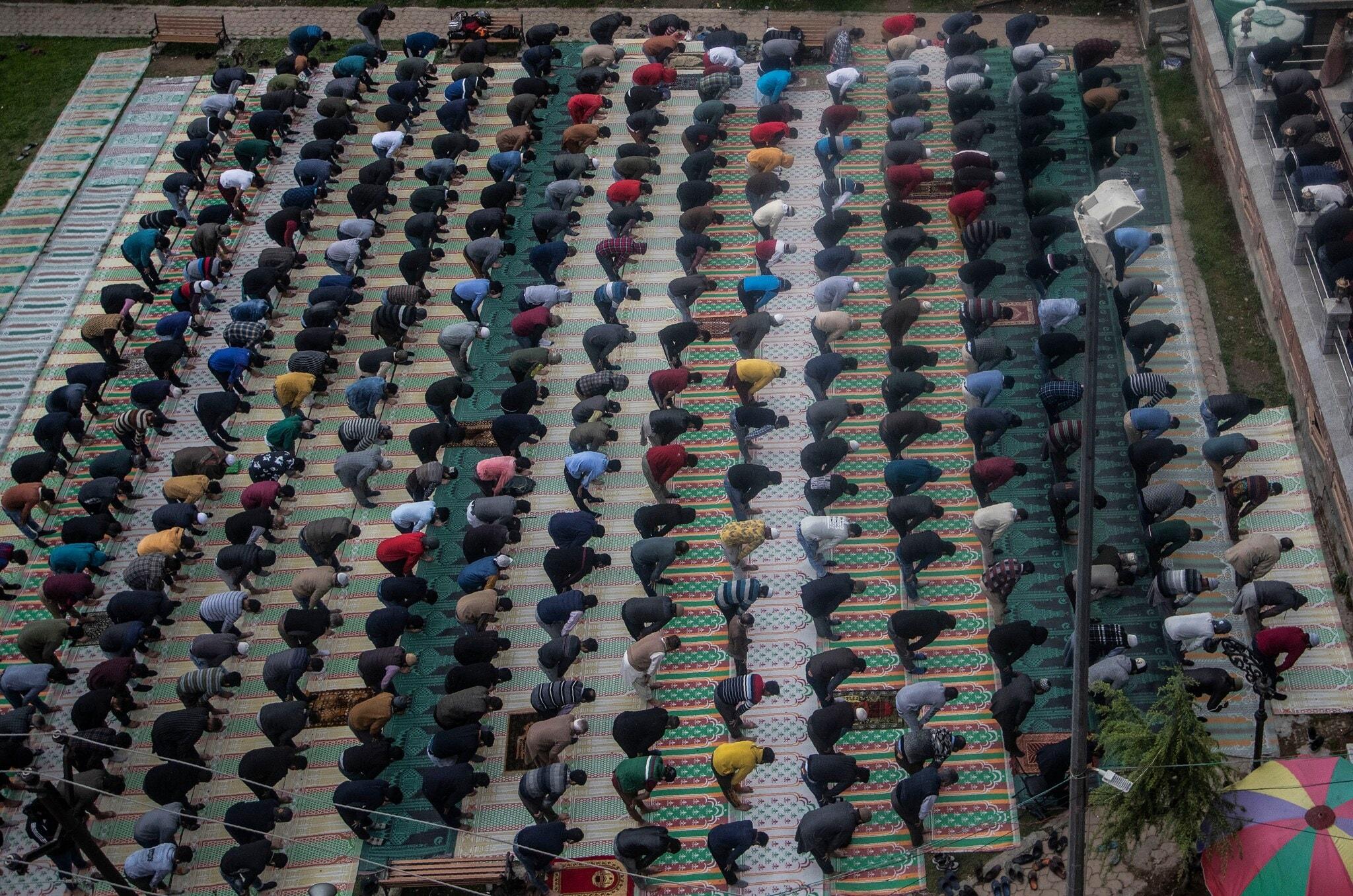 റമളാനിലെ ആദ്യ നോമ്പ് പൂർത്തിയാക്കി പള്ളിക്ക് പുറത്ത് നിസ്കരിക്കുന്ന കാശ്മീരിലെ മുസ്ലീങ്ങൾ. ശ്രീനഗറിൽ നിന്നുള്ള കാഴ്ച്ച ഏപ്രിൽ 14 2021 (AP Photo)