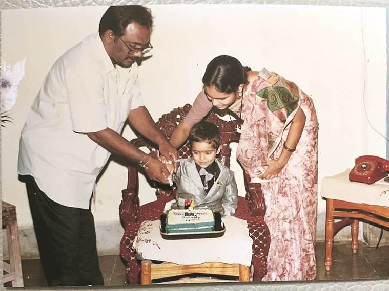 പിറന്നാൾ കേക്ക് മുറിക്കുന്ന ഹനുമ വിഹാരി. (Twitter)