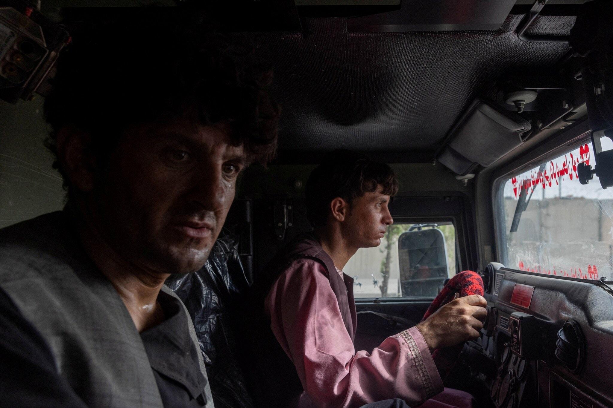 കാണ്ഡഹാറിൽ താലിബാന്റെ കൈയിൽ നിന്ന് രക്ഷപ്പെടുത്തിയ 28 കാരനായ പൊലീസുകാരൻ അഹമ്മദ് ഷാ സൈനിക വാഹനത്തിൽ . ജൂലൈ 13ന് പകര്ർത്തിയത്. (Photo: Danish Siddiqui/Reuters)