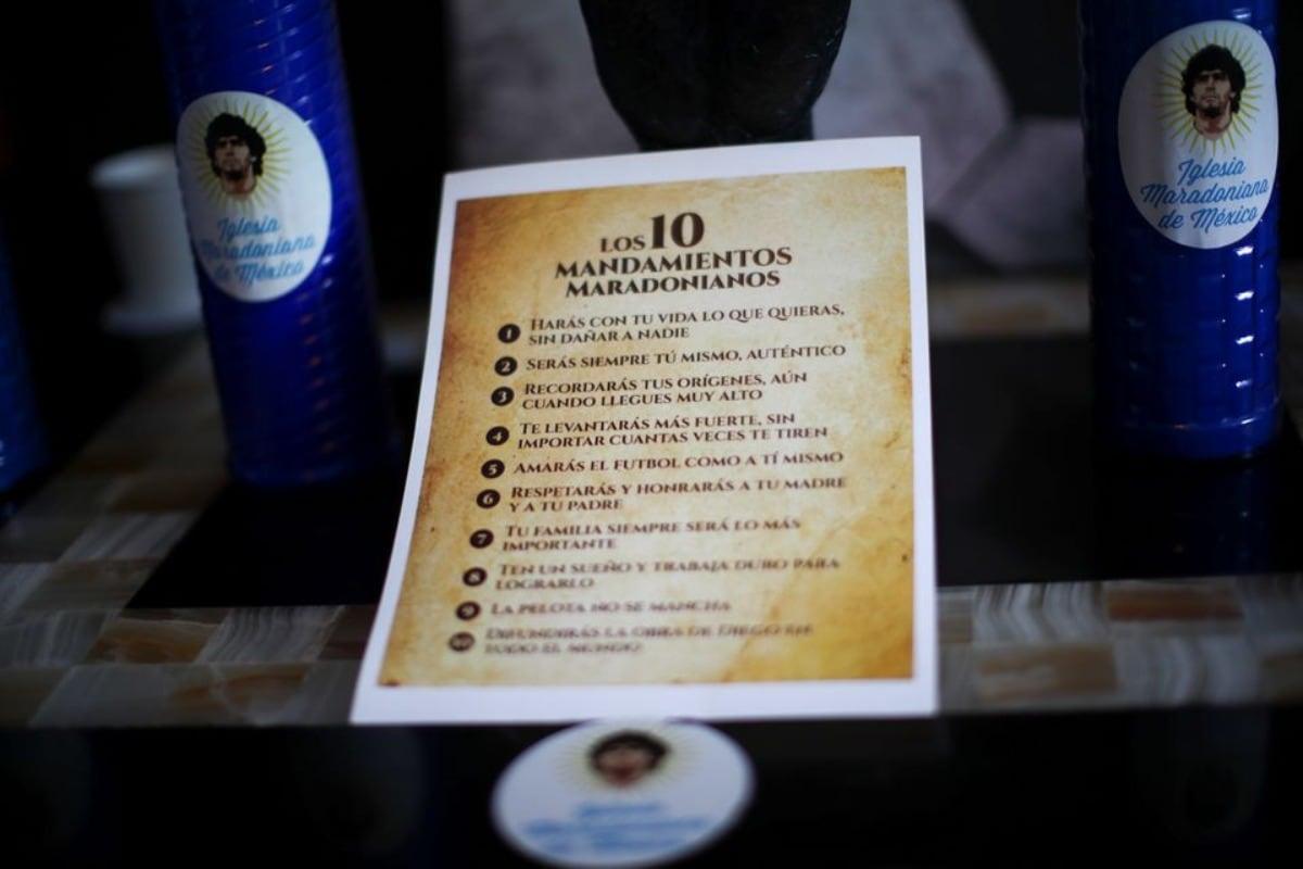 മറഡോണിയൻ മതത്തിന്റെ പത്ത് ദൈവകല്പനകൾ എന്ന് രേഖപ്പെടുത്തിയിരിക്കുന്ന ചിത്രം Credits: Twitter | Reuters