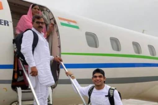 നീരജ് ചോപ്ര തന്റെ മാതാപിതാക്കളായ സതീഷ് കുമാറിനും സരോജ് ദേവിക്കുമൊപ്പം  (Image: Neeraj Chopra, Instagram)