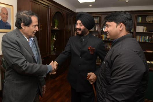 Maninderjeet Singh Bitta (Center) with Union Minister Suresh Prabhu (Left)