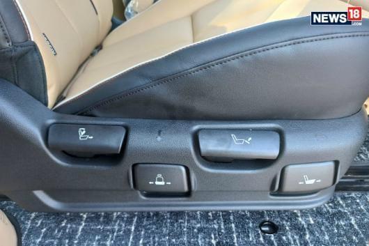 Kia Carnival 10-way middle row seat buttons. (Image courtesy: Arjit Garg/News18.com)