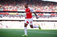 Theo Walcott, Olivier Giroud score as Arsenal beat Stoke City 2-0