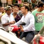 Salman Khan's fan Jhanvi drops in on the sets of 'Jai Ho'