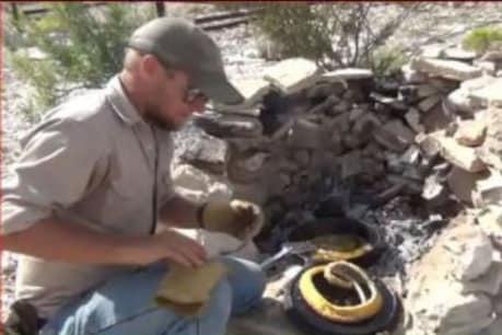 VIDEO: ਸੱਪ ਨੇ ਡੰਗਿਆ ਤਾਂ ਬਦਲਾ ਲੈਣ ਪੁੱਜ ਗਿਆ ਸ਼ਖਸ, ਪਹਿਲਾ ਫੜਿਆ ਤੇ ਫੇਰ ਭੁੰਨ ਕੇ ਖਾ ਗਿਆ