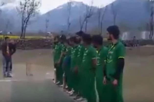 কাশ্মীরে পাকিস্তানের জাতীয় দলের জার্সি গায়ে মাঠে নামলেন ক্রিকেটাররা !