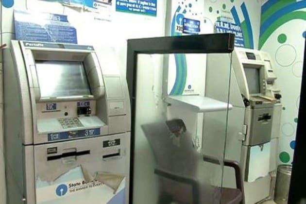 এই ভাবেই ATM কার্ড নকল করে চুরি হচ্ছে লক্ষ লক্ষ টাকা !