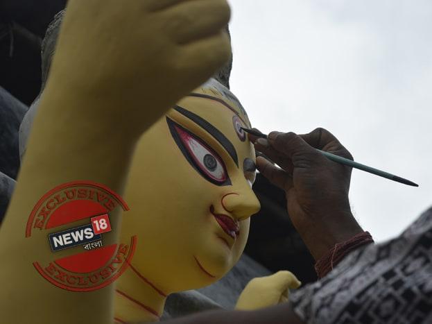 অনেক জায়গায় এইদিনেই দীর্ঘদিনের প্রথা মেনে প্রতিমার চক্ষুদান করেন প্রতিমা শিল্পীরা। এক পুণ্য দিনের সাক্ষী হিসেবে।Photo Taken by Rituparna Dutta