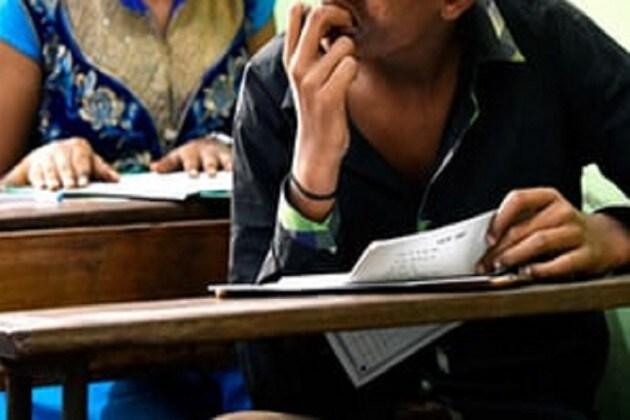সিনেমার অনুপ্রেরণায় সরকারি নিয়োগ পরীক্ষায় অভিনব 'টুকলি'
