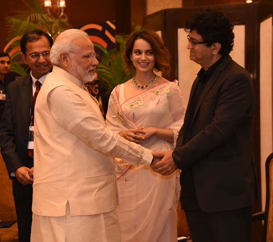 Bollywood lyricist and Chairman of the Central Board of Film Certification, Prasoon Joshi greets Prime Minister Narendra Modi at the summit (Photo: News18)