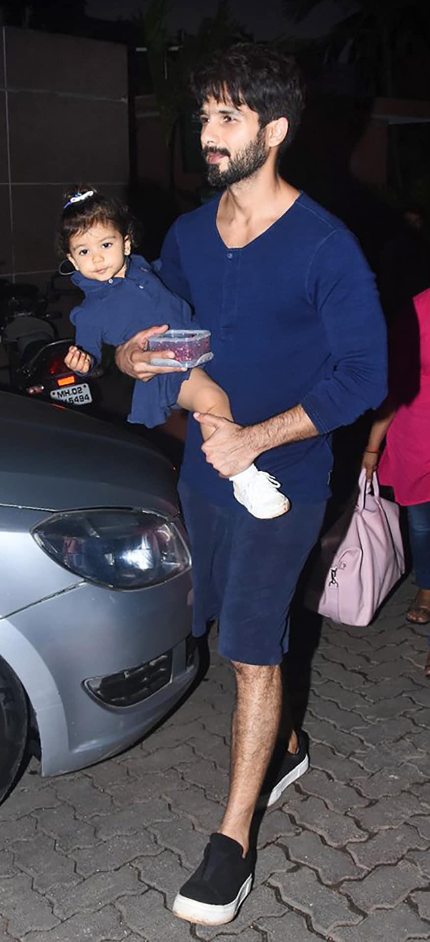 মেয়ে মীশার সঙ্গে শহিদ কাপুর (Image: Yogen Shah)
