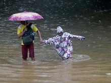 IN PICS: একটানা প্রবল বৃষ্টিতে ভাসছে মুম্বই, বিপর্যস্ত জনজীবন