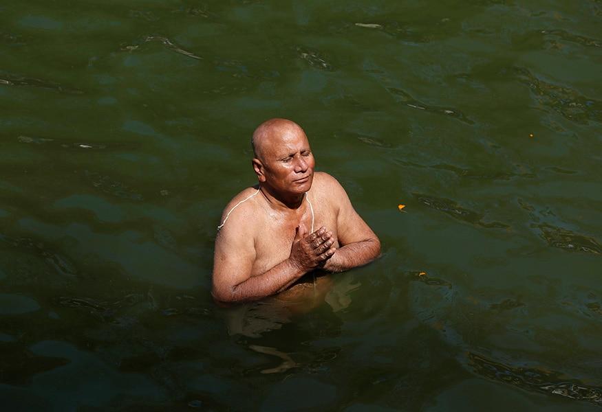 পরম্পরা মেনে দেবীপক্ষে আয়োজিত হয় বাঙালির সবচেয়ে বড় উৎসব শারোদোৎসব। আর তার আগে আজ থেকে শুরু হল পিতৃপক্ষ। (Photo: Reuters)