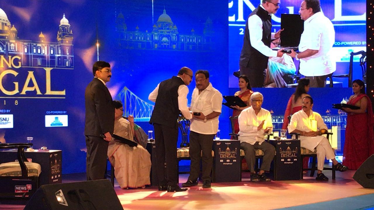 বিতর্ক সভার পর শমীক ভট্টাচার্যের হাতে স্মারক তুলে দিলেন নিউজ 18 বাংলা এডিটর বিশ্ব মজুমদার  (Photo News18 Bengali)