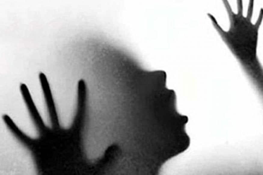 মেয়েটি যখন তাঁকে বাধা দেয় তখন তিনি তাঁকে প্রাণে মেরে দেবেন ৷ এরপর সে বাড়ির বড়দের জানিয়ে দেবে বললে তাঁকে নিয়মিত যন্ত্রণা দেওয়া শুরু করেন ৷ ১৬ নভেম্বর মেয়েটি শেষ হুমকি দেয় তাতেও কাজ না হওয়ায় ২৩ নভেম্বর নিজের মাকে পুরো বিষয়টি জানায় মেয়েটি ৷