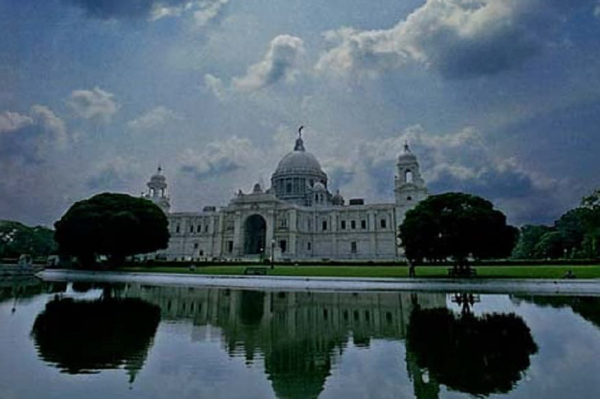 আজ সকালে কলকাতার সর্বনিম্ন তাপমাত্রা ছিল ২৫.৯ ডিগ্রি সেলসিয়াস। যা স্বাভাবিকের থেকে ১ ডিগ্রি উপরে। গতকাল বিকেলে সর্বোচ্চ তাপমাত্রা ছিল ৩৮.২ ডিগ্রি সেলসিয়াস। যা স্বাভাবিকের থেকে ৩ ডিগ্রি সেলসিয়াস ওপরে। বাতাসে আপেক্ষিক আদ্রতার পরিমাণ ১৮ থেকে ৯০ শতাংশ ।গত ২৪ ঘণ্টায় কলকাতা শহরে কোন বৃষ্টি হয়নি।