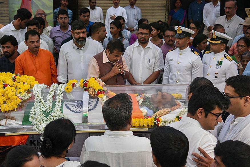 মনোহর পর্রীকরকে শেষ শ্রদ্ধা জানালেন নিতিন গডকড়ী (Image: PTI)