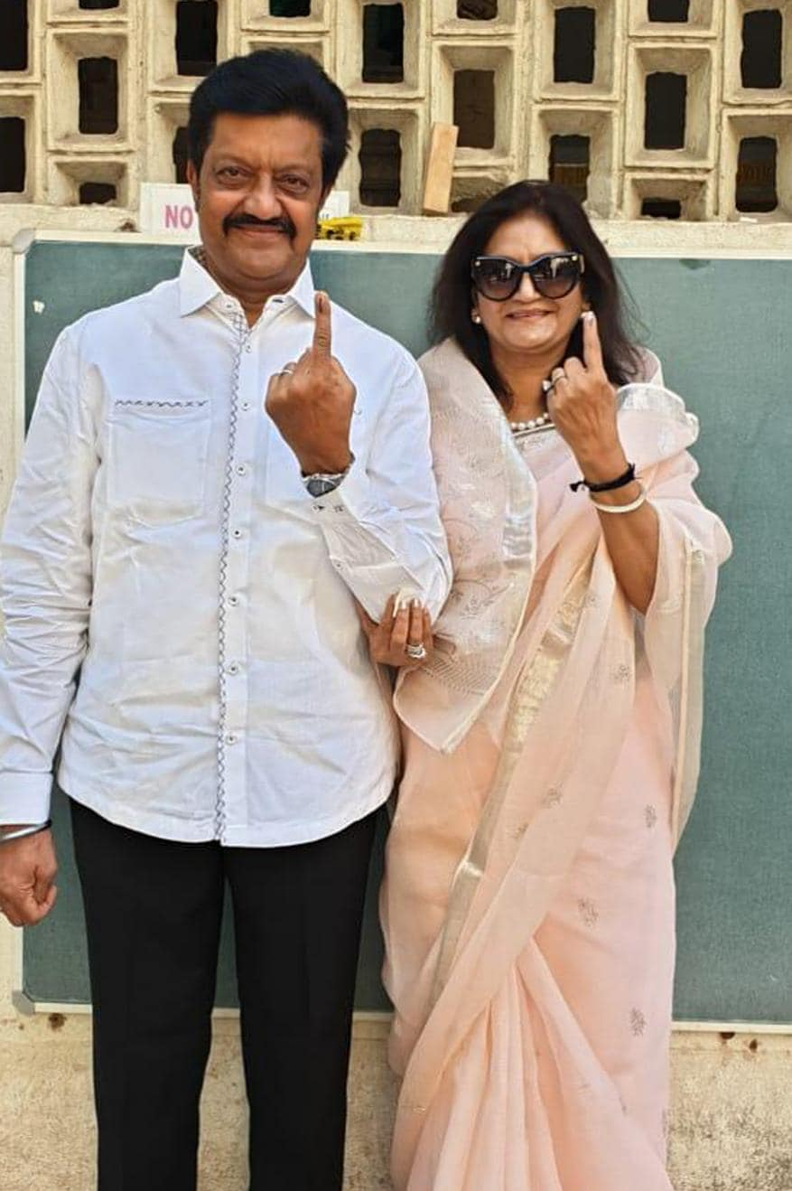 পুনের একটি ভোট কেন্দ্রে স্ত্রীকে সঙ্গে নিয়ে ভোট দিলেন বিজেপি এমপি অনিল শিরোল (Image: Chandrakant/News18)
