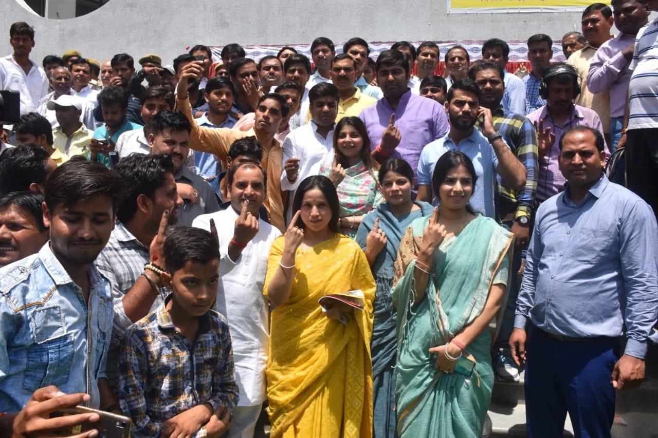 উত্তর প্রদেশের সাইফাই ভোটকেন্দ্রে ভোট দিলেন যাদব পরিবার (Image: News18)