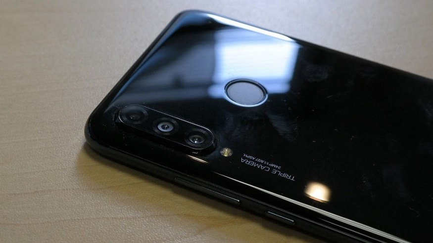 Huawei P30 Lite ফোনে রয়েছে 6.15 ইঞ্চি FHD ডিসপ্লে, উপরে রয়েছে টিয়ারড্রপ নচ। Huawei P30 Lite এর ওজন 159 গ্রাম। ফোনের পিছনে রয়েছে ফিঙ্গারপ্রিন্ট সেন্সর। ফোনের ভিতরে থাকছে Kirin 710 চিপসেট