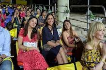 #IPL 2019: লাল পোশাকে গ্যালারিতে হাজির সাক্ষী, ধোনির মেগা ছক্কা দেখে যা করলেন...