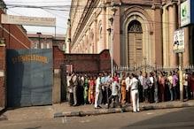 গরম এড়াতে কলকাতার বুথে বুথে সকাল থেকেই ভোটারদের লম্বা লাইন, দেখুন ছবি