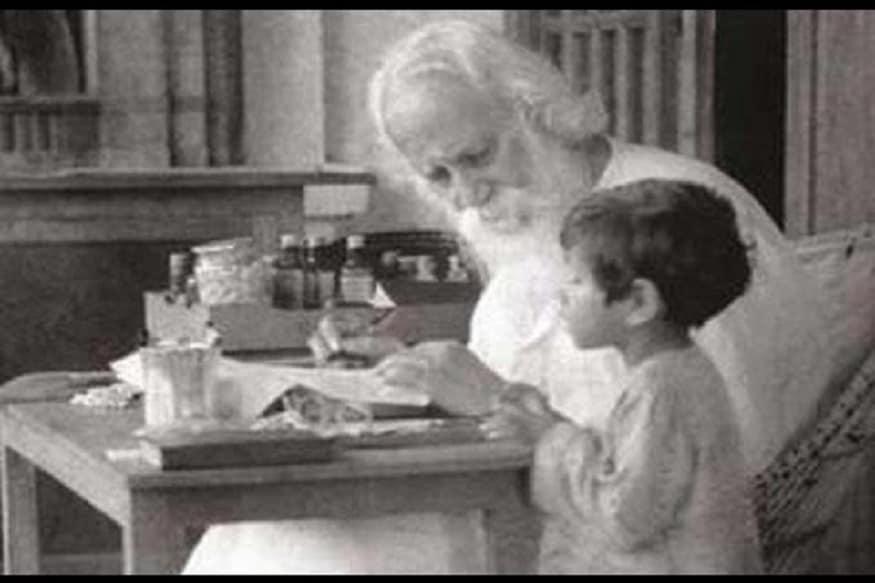 রবীন্দ্রনাথ ঠাকুরের সঙ্গে ছোট্ট সত্যজিৎ, photo source collected