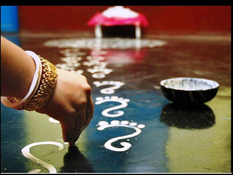 ♦ শুধুমাত্র পুজোর দিনে নয়, প্রতিদিনই যদি দেবীর পায়ের চিহ্ন আঁকা হয় তবে ভাল। প্রতিদিন না পারলে বৃহস্পতিবার অথবা শুক্রবার এবং মা লক্ষ্মীর পুজোর তিথি থাকলে তো অবশ্যই।