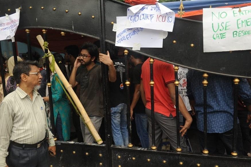 এনআরএসের ঘটনার প্রতিবাদের মধ্যেই বর্ধমান মেডিক্যাল কলেজ হাসপাতালে ফের আক্রান্ত হলেন জুনিয়র ডাক্তাররা। (Image: Sujit Nath, News18)