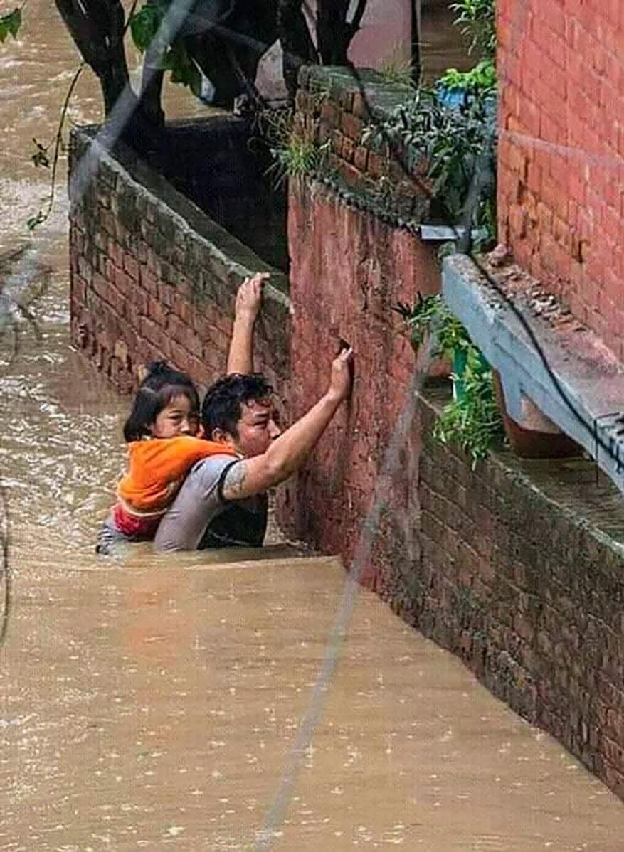 প্রবল বর্ষণে বিধ্বংসী বন্যা পরিস্থিতি তৈরি হয়েছে নেপালে। গত এক সপ্তাহ ধরে নাগাড়ে বর্ষণে নেপালের সব নদীর জল বিপদসীমার উপর দিয়ে বইছে। (Image: PTI)