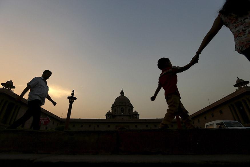 বাজেট পেশ না হওয়া পর্যন্ত নর্থ ব্লকেই থাকেন আধিকারিকরা। এই সময়টা মন্ত্রকের মধ্যেই থাকতে বাধ্য হন কর্তারা। (Image: Reuters)