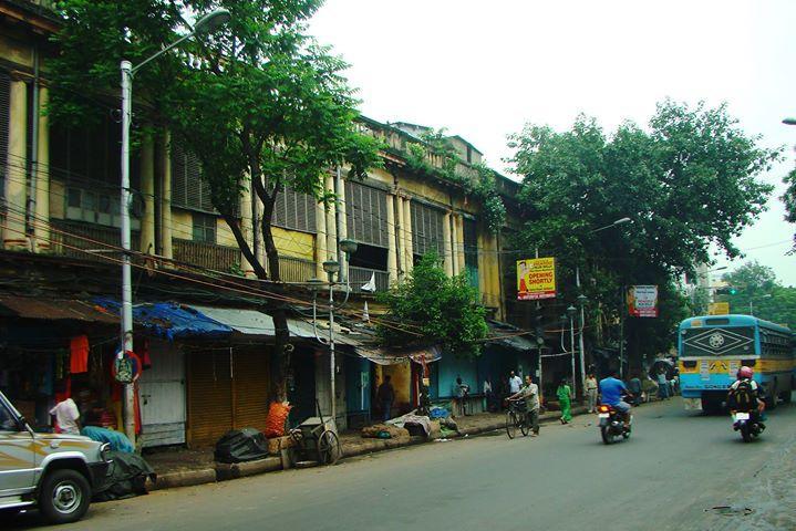 • মথুর বললেন, ''ঠিক আছে ৷ আমি আজই বিখ্যাত সাহেব জহুরী হ্যামিলটন কোম্পানিতে অর্ডার দিয়ে দিচ্ছি ৷'' রানি মৃদু হেসে মিষ্টি গলায় বললেন, ''দেশি কারিগর থাকতে বিদেশির কাছে যাবে কেন?''