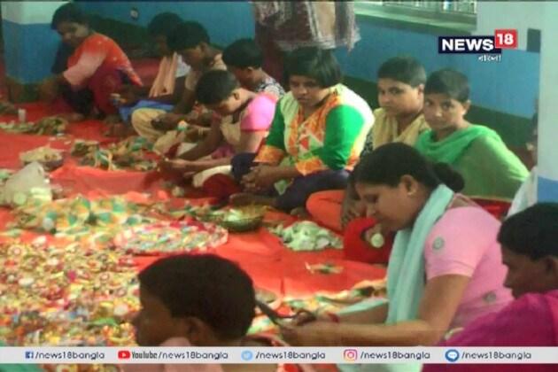 রাখিতেও থিমের রমরমা, 'দিদি'র জন্য রাখি তৈরি করছেন বিশেষ চাহিদাসম্পন্নরা