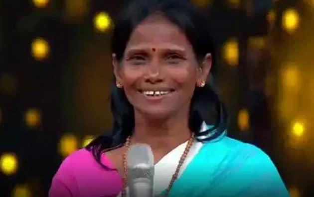 শুধু তাই নয়৷ 'লতাকন্ঠী' রানু মন্ডল এবার বলিউডে। সঙ্গীত পরিচালক হিমেশ রেশামিয়ার সঙ্গে 'হ্যাপি হার্ডি অ্যান্ড হীর' ছবির জন্য প্লে-ব্যাক করলেন। রেকর্ডিং স্টুডিয়োতে রানু গেয়েছেন 'তেরি মেরি কাহানি'।